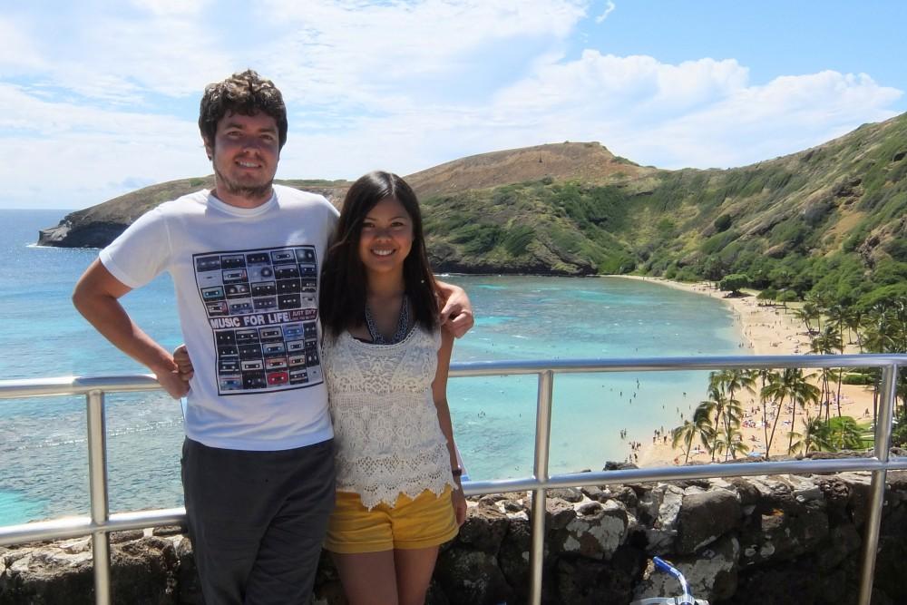Backpacking Oahu Hawaii - Hanauma Bay - Tourist Couple