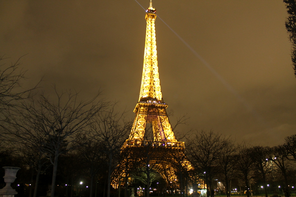 Romantic Journey around the World - Couple Travel - Paris France