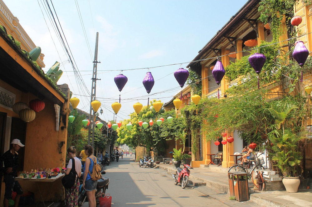 Things to do in Hoi An Vietnam - shopping in the old town