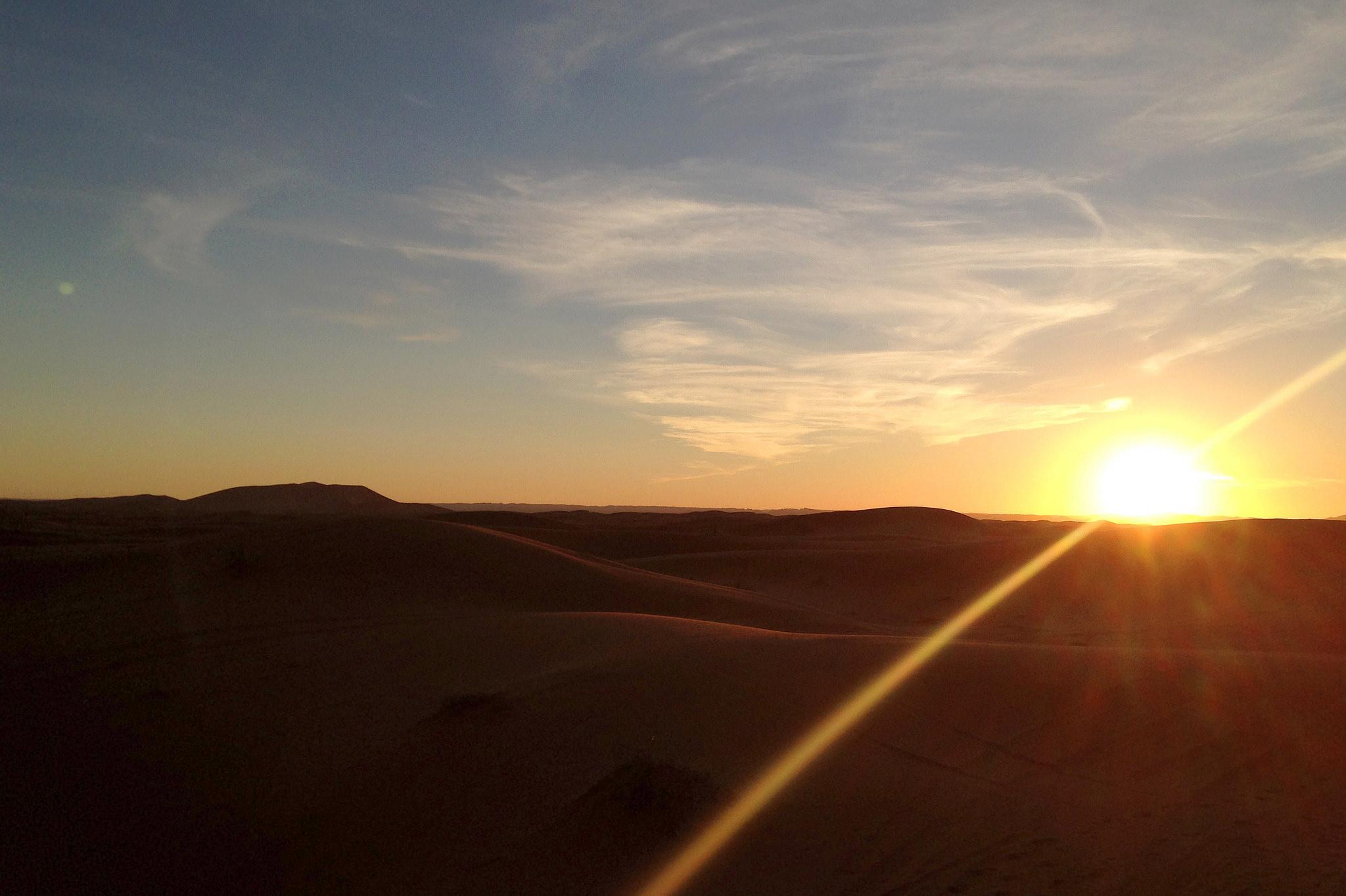 camping-sahara-desert-erg-chebbi-sand-dunes-morocco-sunrise